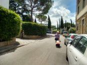 Un'anziana che percorre via di San Vito sole con la spesa