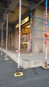 Il negozio di elettricista all'angolo tra via Andreotti e via Cecioni è rimasto isolato dal marciapiede da un alto scalino dopo l'abbassamento di questo dovuto ai lavori