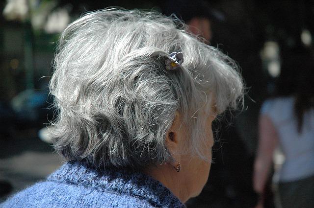 anziana, capelli bianchi