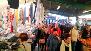 Lo storico mercato di piazza dell'Isolotto, al mattino sempre vitale
