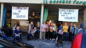 I commercianti e alcuni storici clienti in protesta in piazza dell'Isolotto