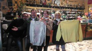 """I volontari dell'Mcl San Bartolo a Cintoia con alcuni dei maglioni raccolti dal gruppo Facebook """"Aiutiamo i senzatetto a Firenze"""": li stanno donando ad alcune delle famiglie più povere del rione"""