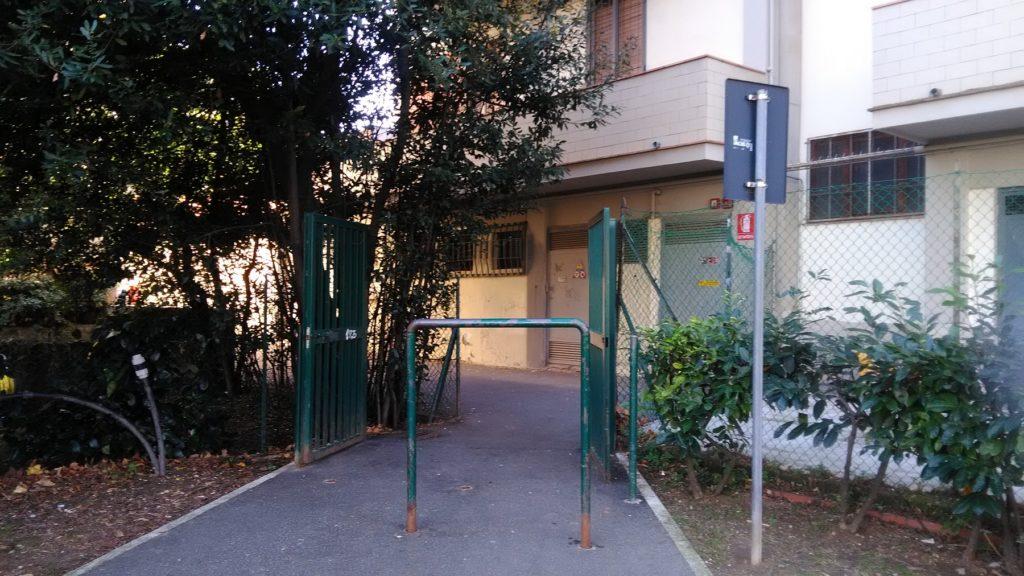 Attraversando i giardini di viale Nenni un cancellino conduce a un passaggio che in pochi passi sbuca alla pam di via Pontedera. ma non fateci affidamento la sera: chiudono i cancelli.