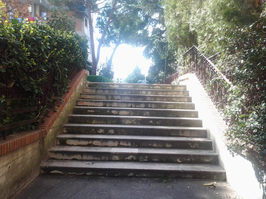 Questa è più che una stradellina, è una scaletta. Ci piace questo effetto monumentale. E Non siamo a Roma: siamo a Soffiano, tra via Daddi e via del Filarete