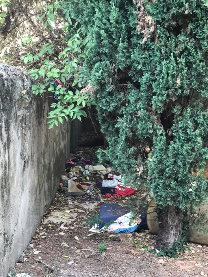 Per qualcuno meno fortunato  il Boschetto è diventato una casa. Ma ciò non autorizza a lasciare stracci rifiuti e ciarpame in mezzo al parco