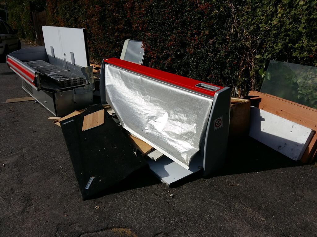 I rifiuti ingombranti abbandonati in via di Soffiano. Foto del Comune di Firenze