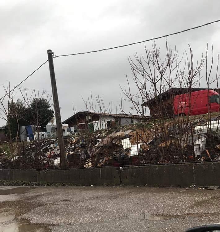 Foto per gentile concessione di Stefania V. Ammassi di rifiuti abbandonati nei pressi del poderaccio