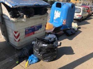 rifiuti ingombranti fuori dai cassonetti via del pozzino fermata arcipressi 2