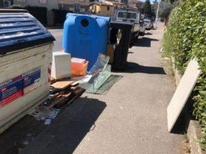 rifiuti ingombranti fuori dai cassonetti via del pozzino fermata arcipressi 3