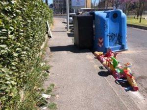rifiuti ingombranti fuori dai cassonetti via del pozzino fermata arcipressi