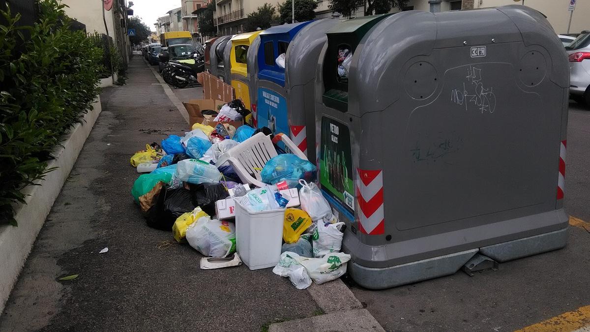 rifiuti spazzatura fuori dai cassonetti (2)