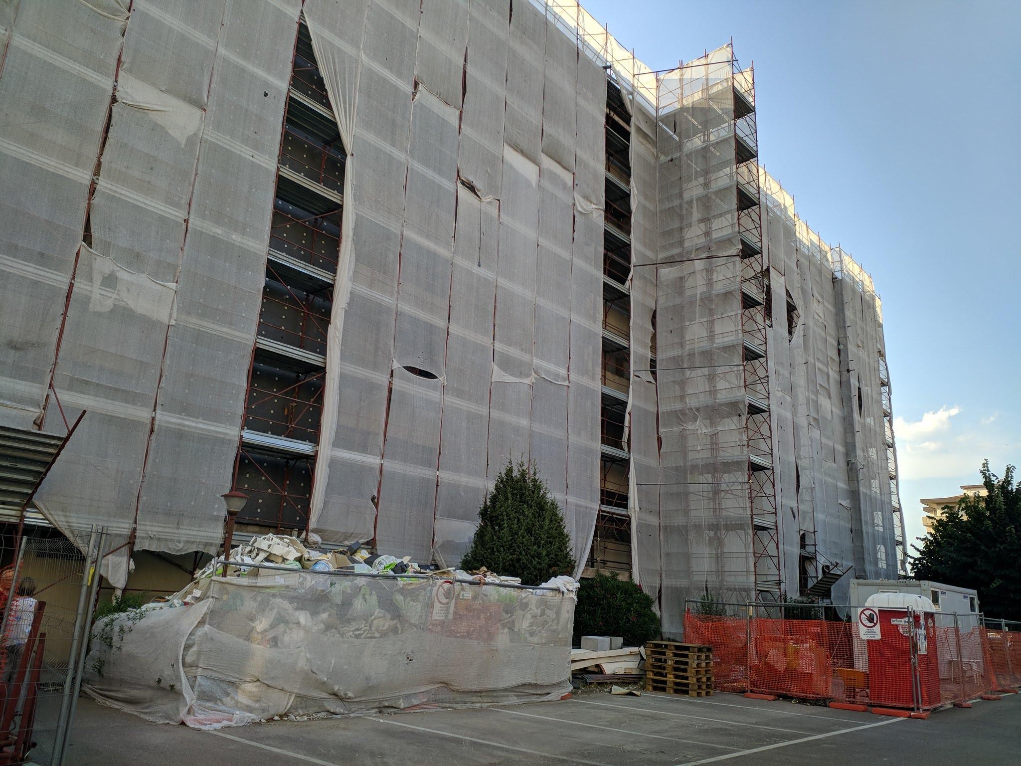 Così si presentava nellestate 2019 il condominio: i lavori erano sospesi , i palazzi coperti da teli e senza poter rimontare laria condizionata, mentre i detriti accumulati erano diventato un covo di scarafaggi