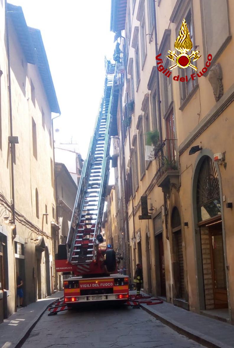 incendio borgo san Jacopo Vigili del fuoco autoscala