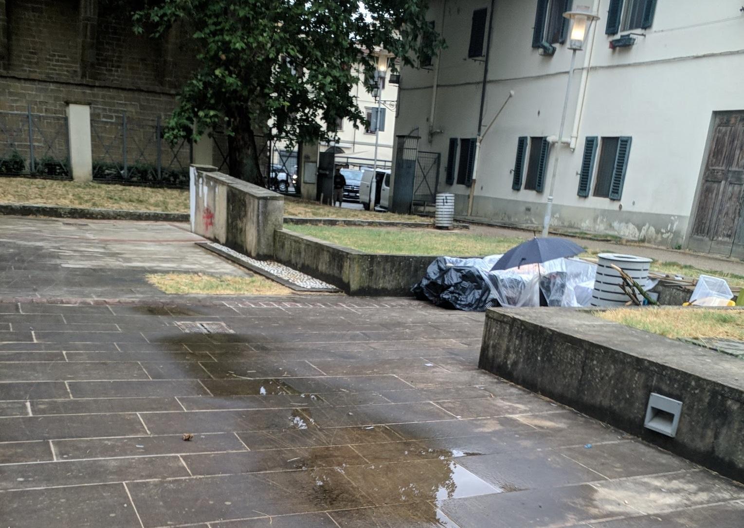 giardino lungo mura di santa rosa degrado senzatetto (1)