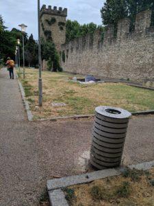giardino lungo mura di santa rosa degrado senzatetto (2)