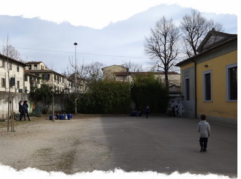 Il cortile della scuola primaria Petrarca del Pignone prima della riqualificazione.