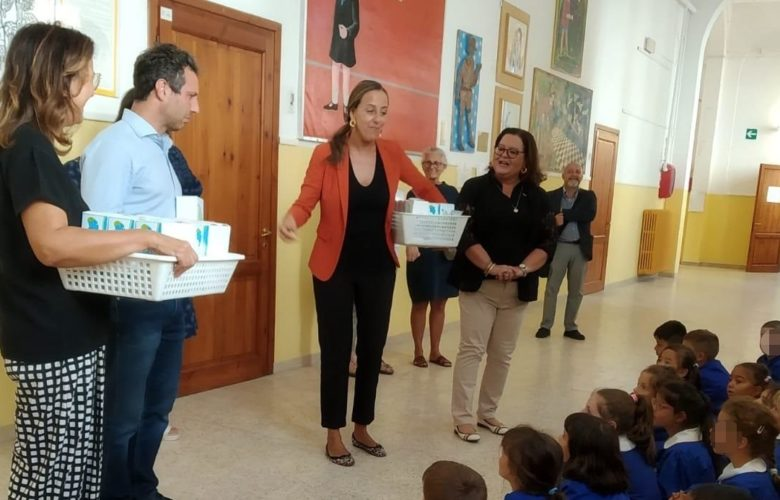 funaro distribuisce boracce bambini petrarca