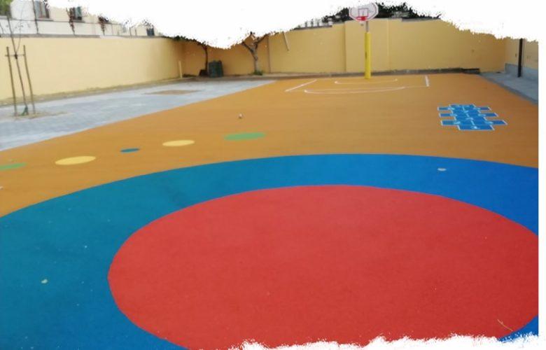 Il nuovo cortile della scuola Petrarca, tra giochi e colori