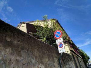 """Da molto tempo un grande cartello """"vendesi box """" è affisso all'ingresso di quest'area, «tanto tempo che vi è pure cresciuto un albero davanti», ironizza un commerciante vicino..."""