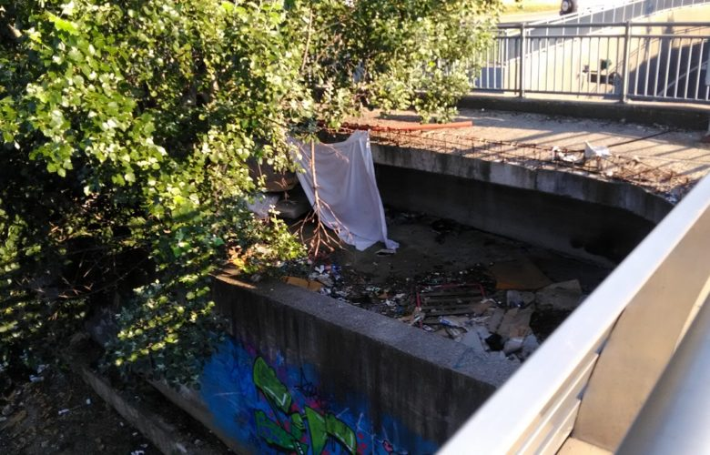Uno dei bivacchi di fortuna sotto il ponte del tram, che già avevamo segnalato nel 2018