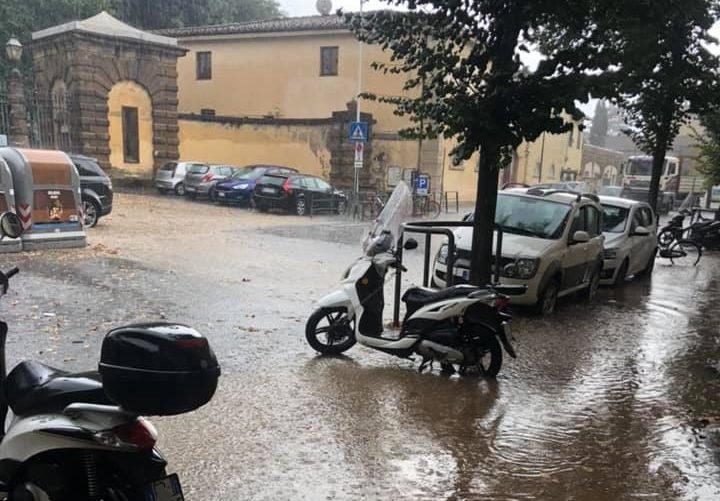 Via di Soffiano allagata, un fiume d'acqua dal Boschetto - foto di D.S.
