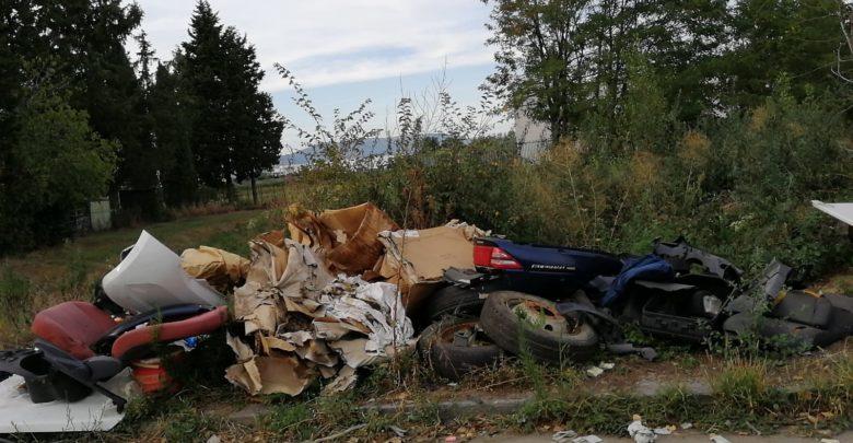 Uno dei cumuli di spazzatura che si sono susseguiti in via del Pantano, spesso utilizzata per scarichi abusivi di rifiuti. Questo nello specifico è stato fortunatamente tolto