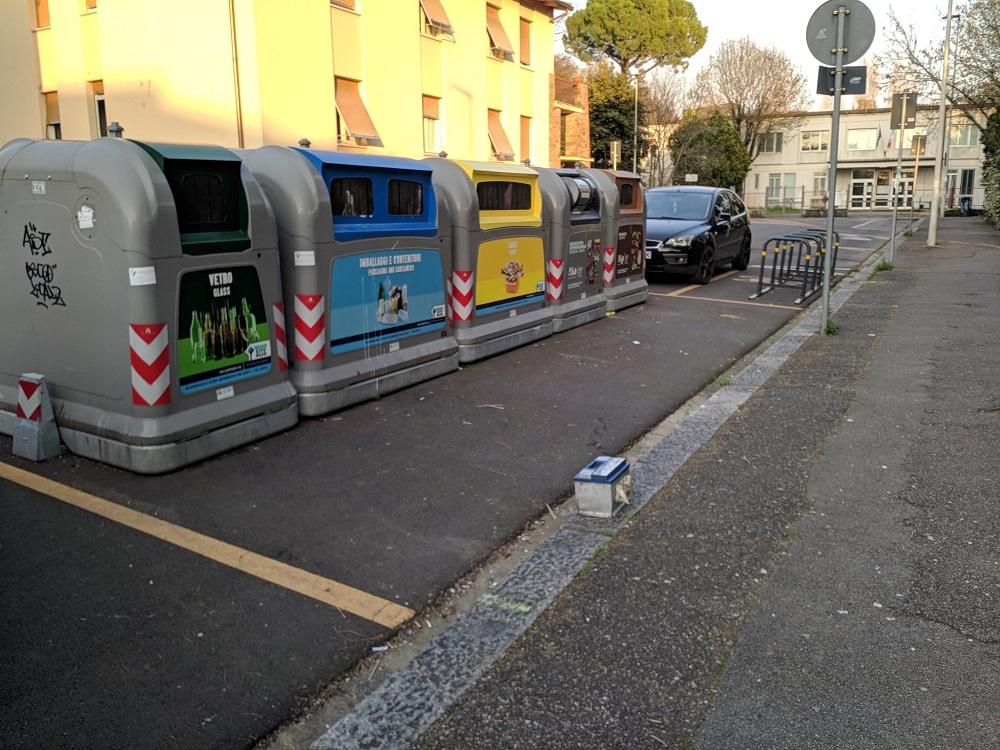 Anche in via Baldovinetti una batteria di auto abbandonata.