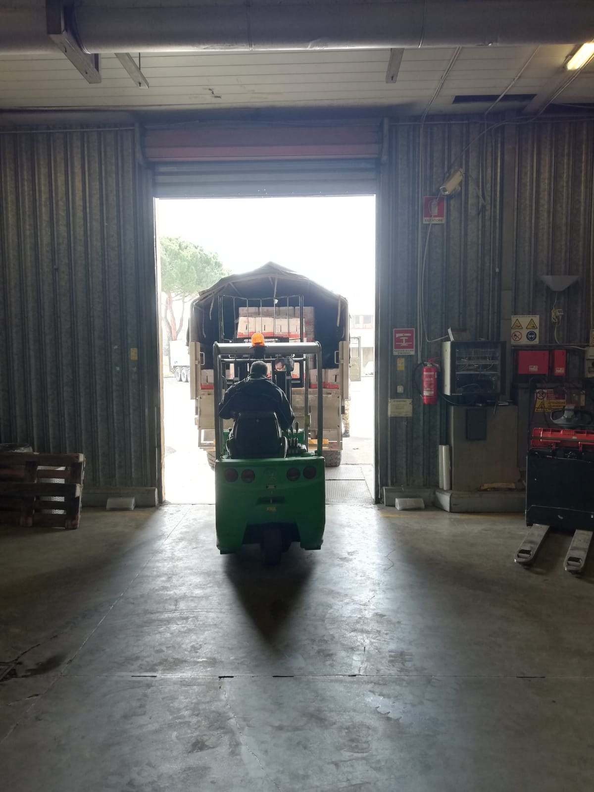 Dietro alla distribuzione dal magazzino di Novoli alle oltre 600 associazioni toscane convenzionate c'è un imponente lavoro logistico svolto dai volontari