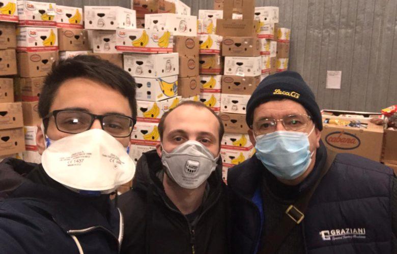 Volontari del Banco alimentare nel grande magazzino logistico di Novoli