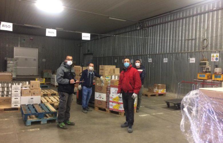 I volontari del Banco alimentare ogni giorno smistano e distribuiscono migliaia di prodotti di prima necessità per le famiglie toscane in difficoltà, molto aumentate durante questa emergenza