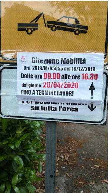 Il cartello di divieto di sosta, ma nessun altro segnale aveva fatto capire ai cittadini di quello che stava per succedere