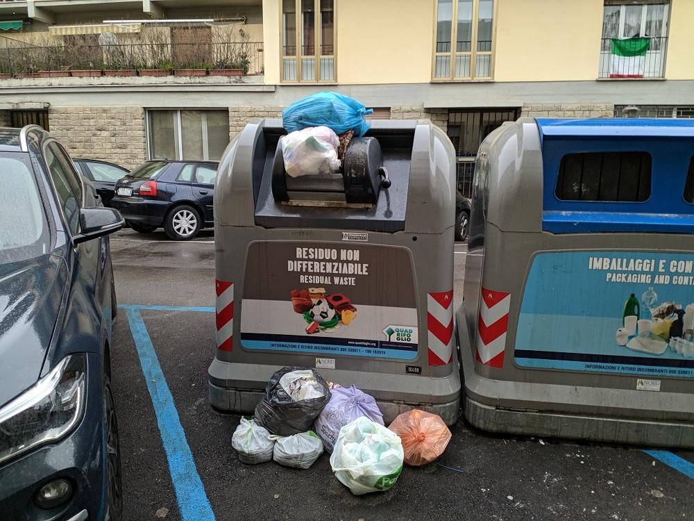 Via di Soffiano, i cassonetti strabordano