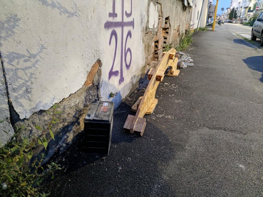 Via del Pollaiolo: qualcuno si è evidentemente trovato a dover cambiare la batteria  che ha ceduto per il lungo periodo di fermo delle auto, e non ha trovato miglior posto dove buttarla che  abbandonarla incivilmente sul marciapiede