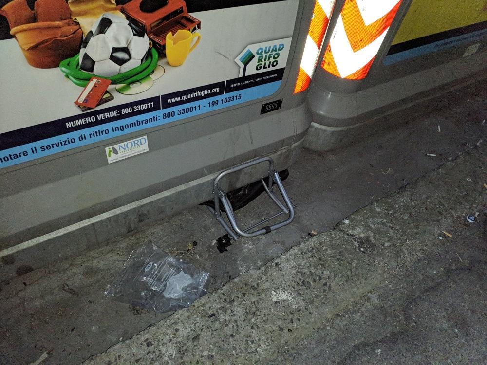 Via Fra' Diamante, un carrellino della spesa abbandonato e  rimasto incastrato  sotto al cassonetto dopo il prelievo?