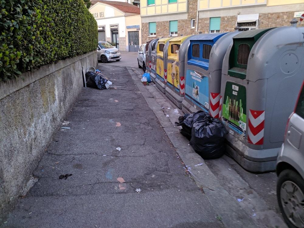 Via Masolino angolo via dell'Olivuzzo: qui una montagna di rifiuti sta crescendo da giorni