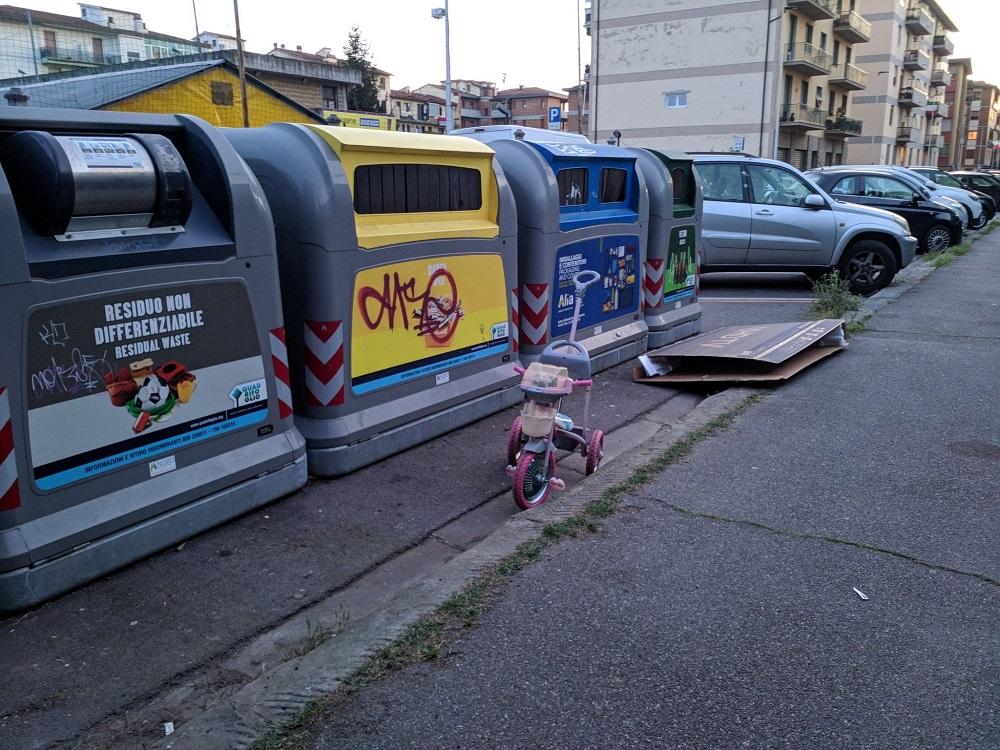 """Via Dosio: c'è anche chi abbandona una bicicletta da bambina in ottime condizioni. Perché  qualcuno si trincera dietro al """"magari la prende qualcuno a cui  fa comodo"""". E così nascono i cumuli di rifiuti..."""