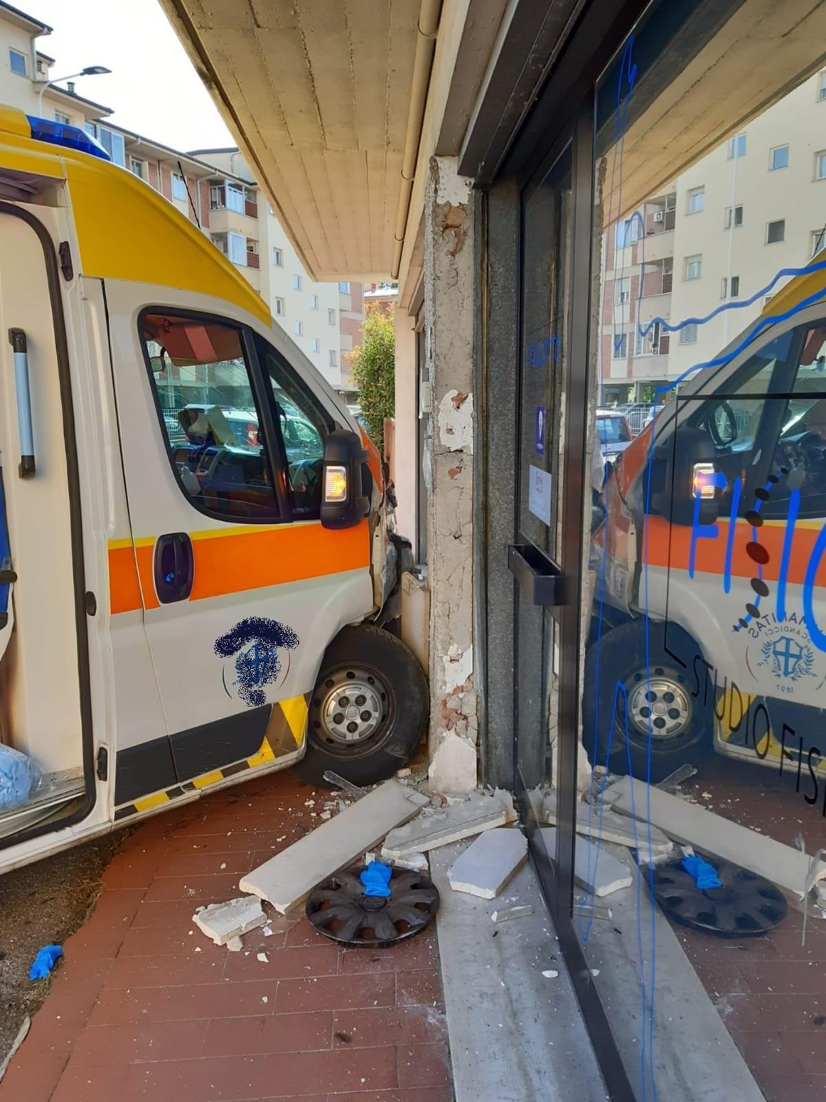 incidente ambulanza via pio fedi (3)