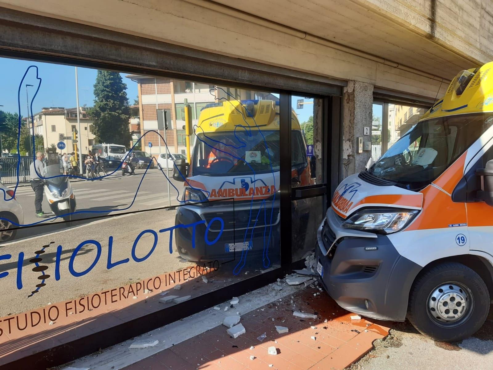 incidente ambulanza via pio fedi (4)
