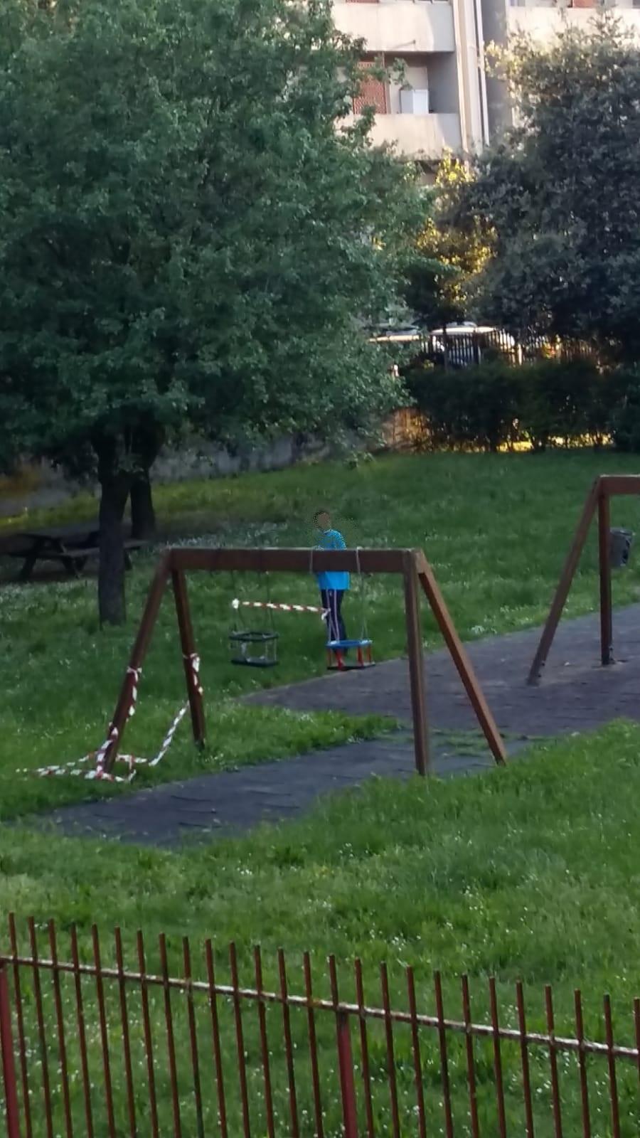 I nastri messi per impedire l'accesso alle altalene vengono strappati per far giocare i bambini nonostante il rischio di contagio