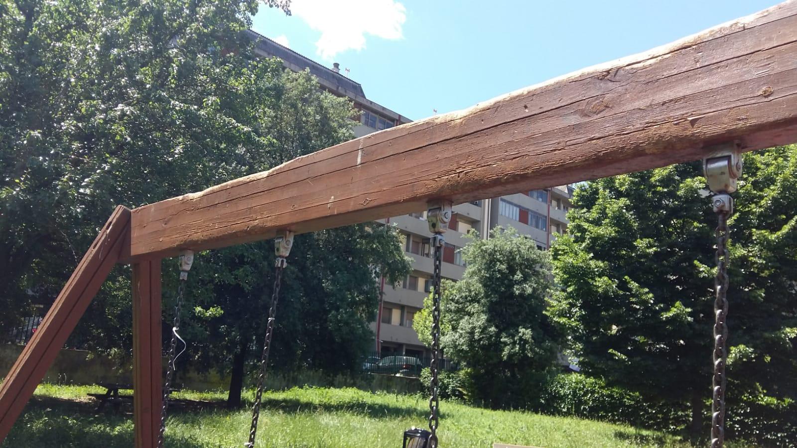 L'architrave portante viene compromessa dai vandali utilizzando le catene e facendo forza