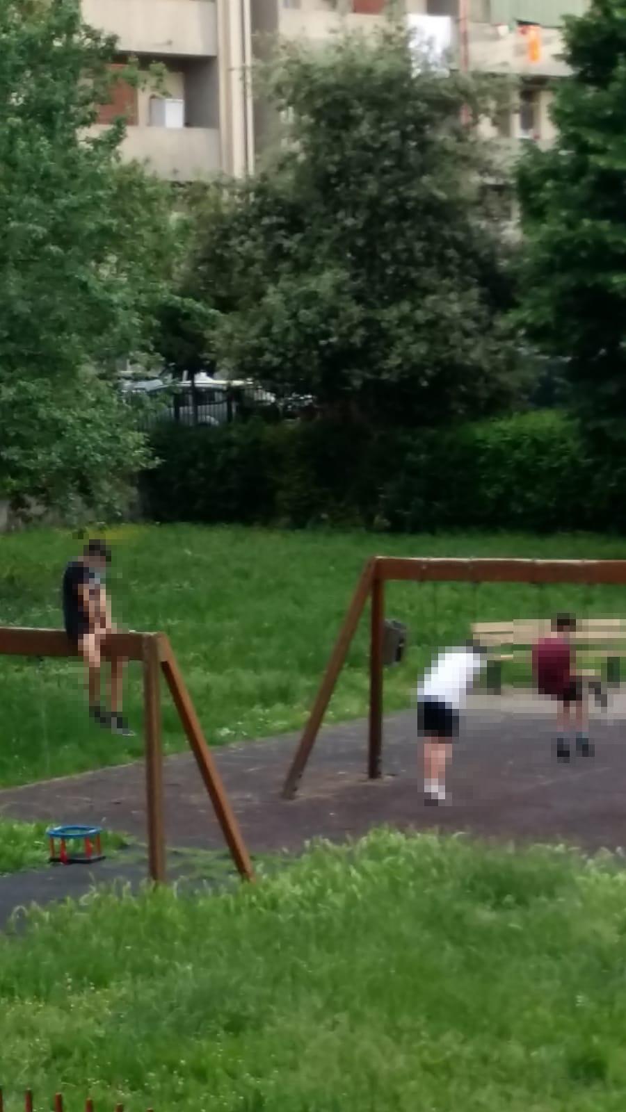 ancora il gruppetto di ragazzini che utilizza in maniera impropria le altalene, persino quelle riservate ai neonati.