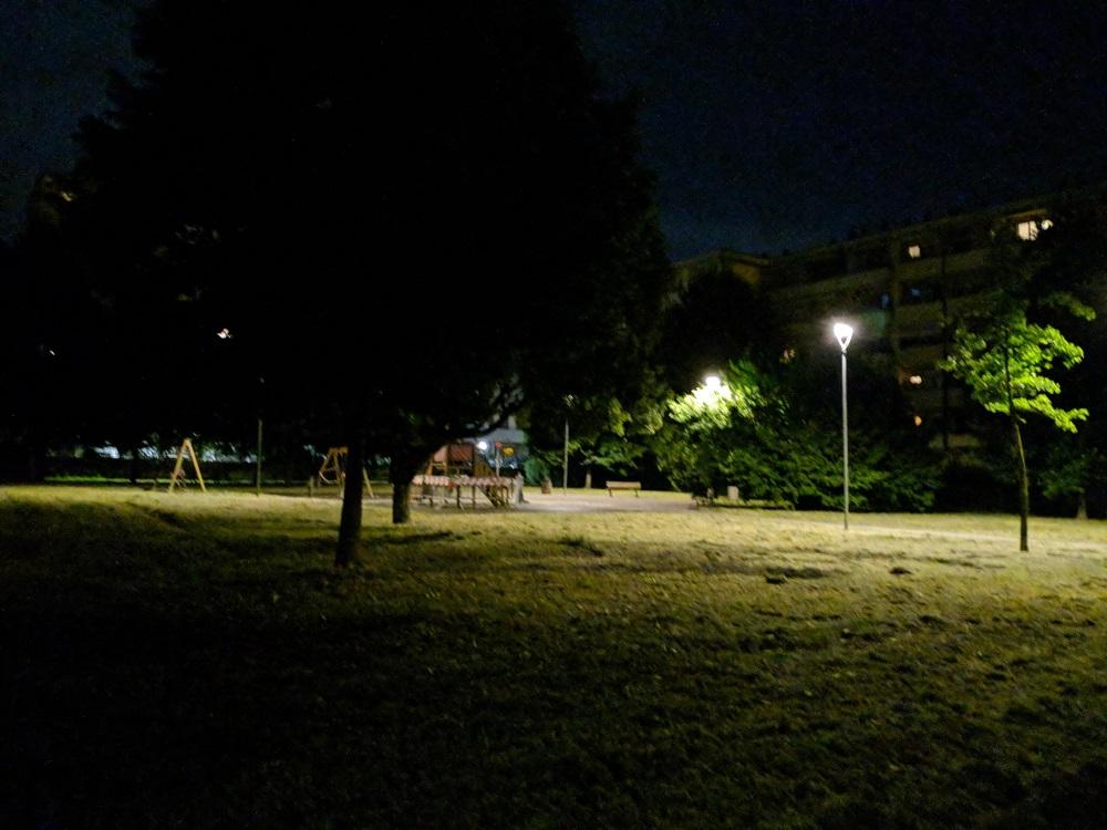 Il lato sinistro del giardino presenta diversi angoli bui, mentre l'area giochi è ben illuminata
