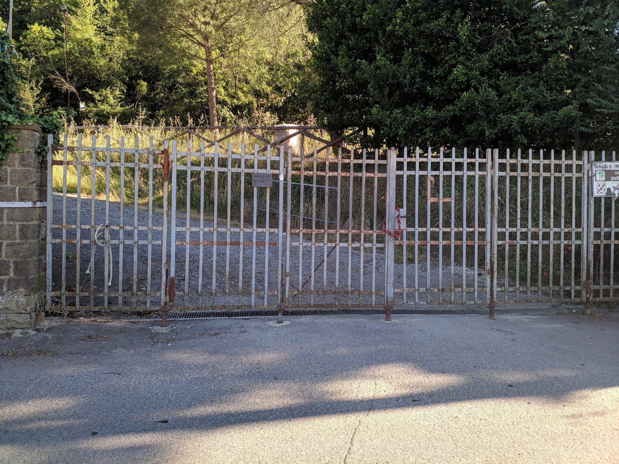 L'attuale cancello d'ingresso al parco