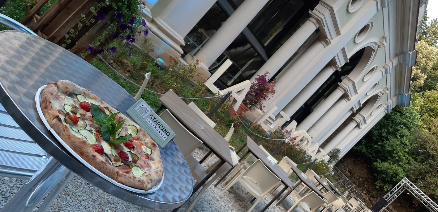 La limonaia di villa strozzi è anche pizzeria all'aperto