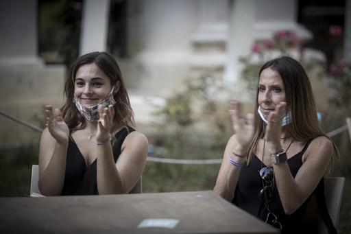 La consigliera comunale Laura Sparavigna e la dirigente dei servizi culturali del Quartiere Beatrice Barbieri