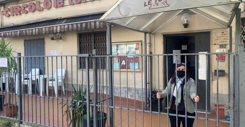Arci le Torri, uno dei circoli  del nostro Quartiere mentre sta chiudendo il cancello per gli effetti del nuovo Dpcm Conte