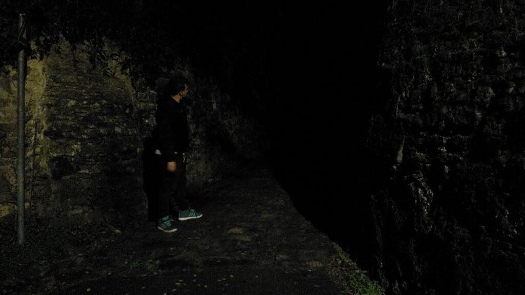 La discesa a pietre di via di san Vito è completamente priva di illuminazione pubblica, di notte si fa pericolosa e difficile, con un alto rischio di inciampo