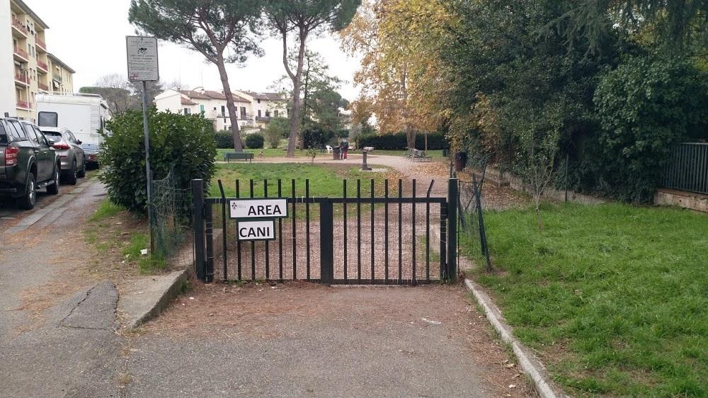 L'area cani di via Nicola Pisano: questo è uno degli spazi verdi dov'è corretto portare i cani nel rione.