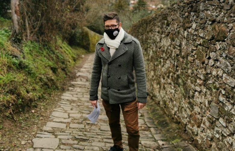 Il consigliere di Quartiere 4 Davide Bisconti (Fi) mostra quanto è stretto e impervio il tratto antico di via di San Vito