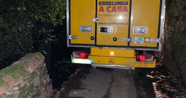furgone incastrato via monte oliveto (3)